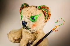 Το Teddy αντέχει ως καλλιτέχνης με το πινέλο στοκ εικόνα