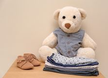 Το Teddy αντέχουν και τα ενδύματα παιδιών στον πίνακα στο ελαφρύ κλίμα Στοκ Εικόνες