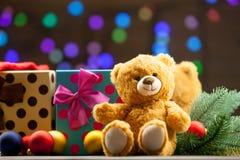 Το Teddy αντέχουν και τα δώρα Χριστουγέννων Στοκ εικόνα με δικαίωμα ελεύθερης χρήσης
