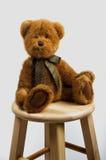 Το Teddy αφορά ένα σκαμνί στοκ φωτογραφίες με δικαίωμα ελεύθερης χρήσης