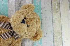 Το Teddy αφορά ένα στενοχωρημένο ξύλινο υπόβαθρο Στοκ εικόνα με δικαίωμα ελεύθερης χρήσης