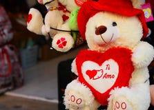 Το Teddy αφορά με τις καρδιές της αγάπης που πωλούνται την ημέρα βαλεντίνων Στοκ εικόνα με δικαίωμα ελεύθερης χρήσης
