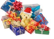 Το Teddy αφορά με το καπέλο και τα δώρα Santa το λευκό Στοκ Εικόνες