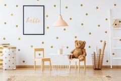 Το Teddy αφορά τη μικρή καρέκλα Στοκ φωτογραφία με δικαίωμα ελεύθερης χρήσης