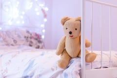 Το Teddy αφορά το κρεβάτι Στοκ φωτογραφία με δικαίωμα ελεύθερης χρήσης