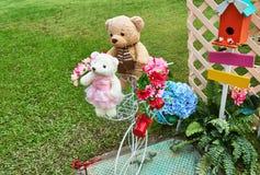 Το Teddy bares τίθεται κοντά στα ζωηρόχρωμα επινοημένα λουλούδια στοκ φωτογραφία με δικαίωμα ελεύθερης χρήσης