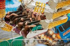 Το Teens έχει τη διασκέδαση στη διέγερση του γύρου καρναβαλιού Στοκ φωτογραφίες με δικαίωμα ελεύθερης χρήσης