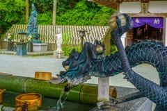 Το temizuya ύφους δράκων, μια θέση για τελετουργικό να καθαρίσει μια δίνει και στόμα κατά την επίσκεψη των λαρνάκων στοκ εικόνα
