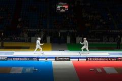 Το Tereshkin και Karabinski ανταγωνίζονται στο πρωτάθλημα του κόσμου στην περίφραξη Στοκ Εικόνα