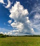 Το Thundercloud πέρα από ένα λιβάδι, Schwarzes δένει Στοκ φωτογραφία με δικαίωμα ελεύθερης χρήσης