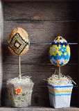 Το Topiary αυγό έκανε η τεχνική και το αυγό φιαγμένες από σιτάρι και φασόλι στο ξύλινο υπόβαθρο Διακοσμήσεις Πάσχας ή χειροποίητο στοκ εικόνες