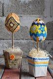 Το Topiary αυγό έκανε η τεχνική και το αυγό φιαγμένες από σιτάρι και φασόλι στο ξύλινο υπόβαθρο Διακοσμήσεις Πάσχας ή χειροποίητο στοκ εικόνα με δικαίωμα ελεύθερης χρήσης