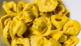 Το Tortellini Bolognese προετοιμάστηκε για το μαγείρεμα Στοκ Φωτογραφία