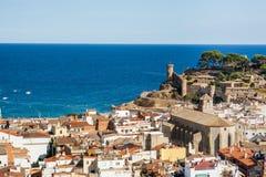 Το Tossa de χαλά, άποψη του πύργου κάστρων και τοίχοι πόλεων Φρούριο από την πλευρά παραλιών Μπλε λιμνοθάλασσα και απότομοι απότο Στοκ Φωτογραφίες