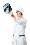 Το traumatologist κοριτσιών εξετάζει την ακτηνογραφία Στοκ φωτογραφία με δικαίωμα ελεύθερης χρήσης