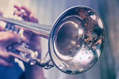 Το Trumpeter παίζει σε μια ασημένια σάλπιγγα στοκ εικόνες με δικαίωμα ελεύθερης χρήσης
