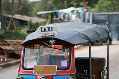 Το Tuk Tuk είναι ένας τρίτροχος μηχανοποιημένος φορέας που χρησιμοποιείται ως ταξί στοκ φωτογραφίες με δικαίωμα ελεύθερης χρήσης