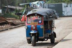 Το Tuk Tuk είναι ένας τρίτροχος μηχανοποιημένος φορέας που χρησιμοποιείται ως ταξί στοκ εικόνα με δικαίωμα ελεύθερης χρήσης