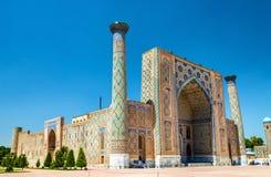 Το Ulugh ικετεύει Madrasah στην πλατεία Registan - Σάμαρκαντ, Ουζμπεκιστάν στοκ φωτογραφία