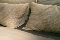 Το Unmade ακατάστατο δωμάτιο κρεβατιών, το μαξιλάρι και το ανοικτό πράσινο φύλλο, χαλαρώνουν την έννοια πρωινού Στοκ Εικόνες