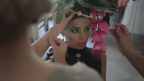 Το Visagiste κάνει makeup για τις πρότυπες, επαγγελματικές αποχρώσεις καλλιτεχνών makeup το μάτι του προτύπου, makeup, τέχνη σωμά απόθεμα βίντεο