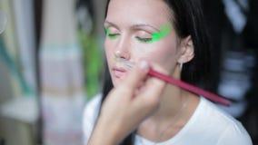 Το Visagiste κάνει makeup για τις πρότυπες, επαγγελματικές αποχρώσεις καλλιτεχνών makeup το μάτι του προτύπου, makeup, επαγγελματ απόθεμα βίντεο