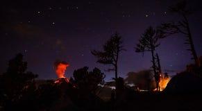 Το Volcan Fuego εκρήγνυται τη νύχτα, βλέποντας από Volcan Acatenango στη Γουατεμάλα στοκ εικόνα