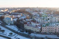 Το Vyborg με τις ζωηρόχρωμες στέγες σπιτιών στις τράπεζες του αναχώματος ποταμών ήταν μια φωτεινή ηλιόλουστη ημέρα Στοκ Εικόνες