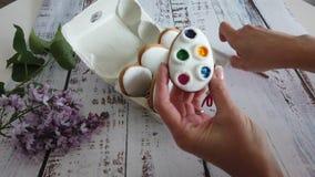 Το Woomans δίνει ανοικτός ένα κιβώτιο με τη διακόσμηση των ζωηρόχρωμων μπισκότων μελοψωμάτων στο ξύλινο υπόβαθρο φιλμ μικρού μήκους
