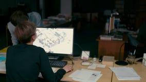 Το Workteam των αρχιτεκτόνων και οι σχεδιαστές λειτουργούν στους υπολογιστές στο γραφείο φιλμ μικρού μήκους