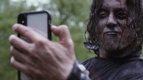 Το Zombie με το μάτι παίρνει selfies στη βροχή απόθεμα βίντεο