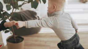 Τράβηγμα μικρών παιδιών τα χέρια μητέρων του ` s οικογένεια έννοιας ευτ& απόθεμα βίντεο