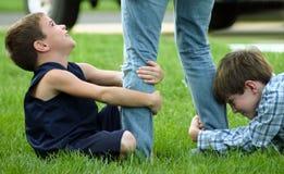 τράβηγμα ποδιών αγοριών Στοκ εικόνες με δικαίωμα ελεύθερης χρήσης