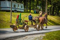 Τράβηγμα του αρότρου στο δρόμο με τα άλογα Στοκ Εικόνες