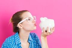 τράπεζα ανασκόπησης που απομονώνεται πέρα από τις piggy νεολαίες λευκών γυναικών Στοκ Εικόνα