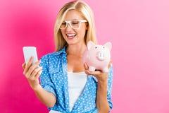 τράπεζα ανασκόπησης που απομονώνεται πέρα από τις piggy νεολαίες λευκών γυναικών Στοκ Εικόνες