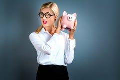 τράπεζα ανασκόπησης που απομονώνεται πέρα από τις piggy νεολαίες λευκών γυναικών Στοκ Φωτογραφία