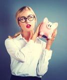 τράπεζα ανασκόπησης που απομονώνεται πέρα από τις piggy νεολαίες λευκών γυναικών Στοκ εικόνες με δικαίωμα ελεύθερης χρήσης