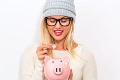 τράπεζα ανασκόπησης που απομονώνεται πέρα από τις piggy νεολαίες λευκών γυναικών Στοκ εικόνα με δικαίωμα ελεύθερης χρήσης