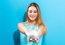 τράπεζα ανασκόπησης που απομονώνεται πέρα από τις piggy νεολαίες λευκών γυναικών Στοκ φωτογραφία με δικαίωμα ελεύθερης χρήσης