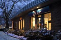 Τράπεζα αυλακώματος storefront το βράδυ στοκ εικόνες