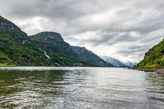 Τράπεζα και μπλε ουρανός λιμνών που απεικονίζουν στην επιφάνεια Νορβηγία στοκ εικόνες