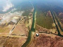 Τράπεζα λιμνών άποψης πουλιών το φθινόπωρο Στοκ Φωτογραφίες
