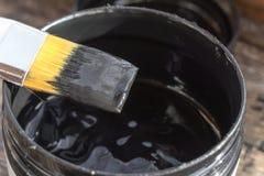 Τράπεζα με το μαύρο χρώμα πλακών Στοκ εικόνα με δικαίωμα ελεύθερης χρήσης