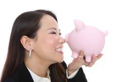 τράπεζα που κρατά τη piggy γυν&alpha Στοκ Φωτογραφίες