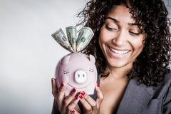 τράπεζα που κρατά τη piggy γυνα στοκ εικόνα με δικαίωμα ελεύθερης χρήσης