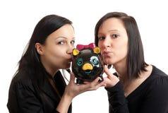 τράπεζα που φιλά piggy δύο νεο&l Στοκ Εικόνα