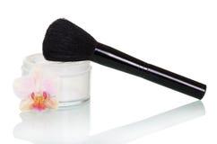 Τράπεζα της κρέμας για το πρόσωπο, καλλυντικό λουλούδι βουρτσών και ορχιδεών Στοκ φωτογραφία με δικαίωμα ελεύθερης χρήσης