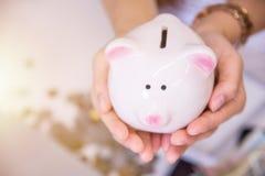 Τράπεζα Piggy ένα εμπορευματοκιβώτιο για τα χρήματα αποταμίευσης Στοκ εικόνες με δικαίωμα ελεύθερης χρήσης