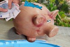 Τράπεζα Piggy για τα χρήματα διακοπών Στοκ εικόνα με δικαίωμα ελεύθερης χρήσης